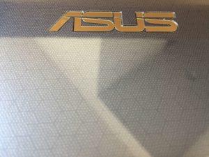 使ってわかったASUSのVivoBook E203MA-4000の光沢あるボディ